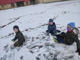 Družina s rouškami na sněhu i na jaře