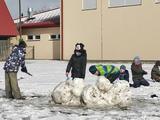 Družina s rouškami na sněhu