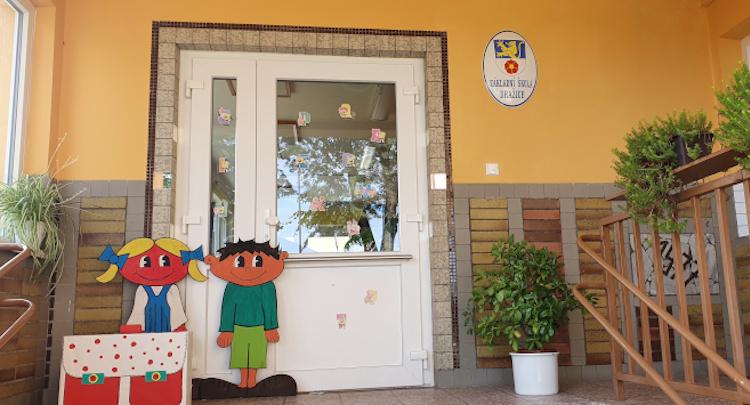Vchod do školy